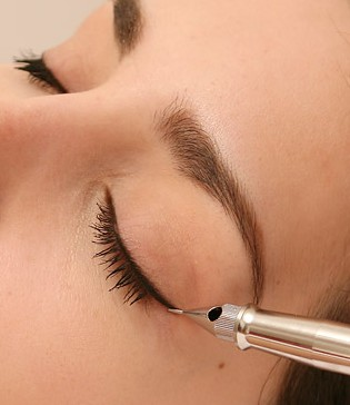 pigment als eyeliner en verfraaiing wenkbrauwen